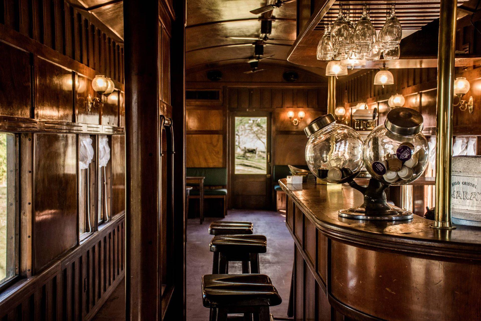 El bar del vagón comedor .
