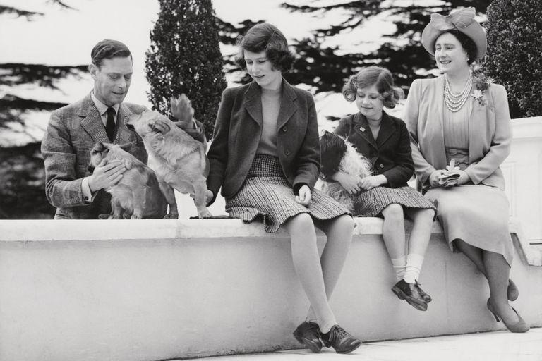 1940s: El rey George VI y la reina Elizabeth junto a sus hijas, la princesa Isabel y la princesa Margarita y sus mascotas posan en el castillo Balmoral durante la Segunda Guerra Mundial.