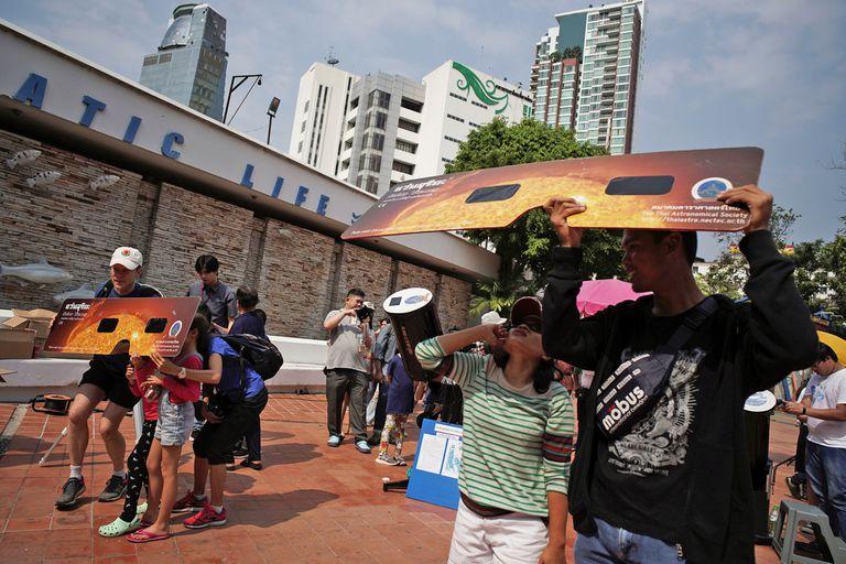 Anteojos gigantes para ver el eclipse en Bangkok, Tailandia
