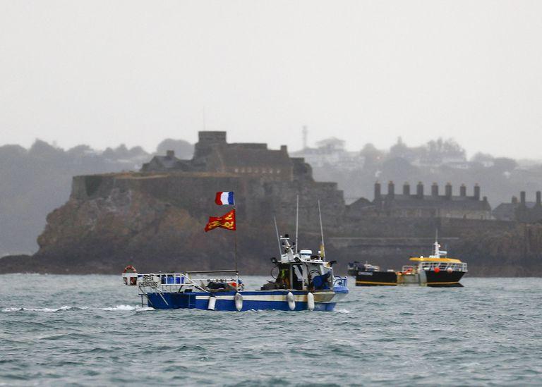 Pesqueros franceses protestan frente al puerto Sain Helier, en Jersey, por lo que consideran son restricciones arbitrarias a su derecho a pescar en aguas de la isla tras el Brexit