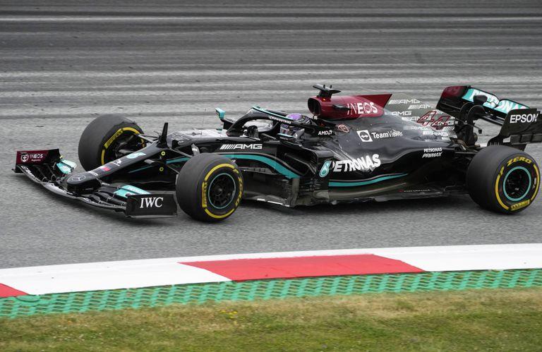 Lewis Hamilton quedó al frente en los entrenamientos del viernes del Gran Premio de Austria de Fórmula 1; el inglés intentará poner a su Mercedes al tope en la prueba de clasificación del sábado para largar primero en Spielberg.
