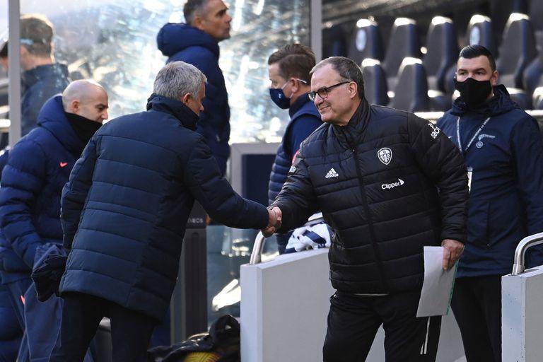 Marcelo Bielsa y José Mourino se saludan antes del partido del Tottenham y el Leeds.