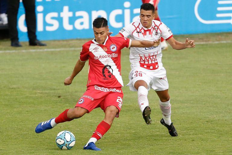 Fausto Vera (Argentinos) rechaza ante la marca de Rodrigo Cabral (Huracán).