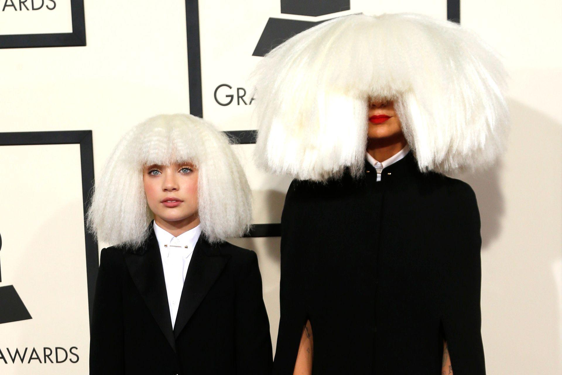 Sia junto a Maddie Ziegler en los Grammy