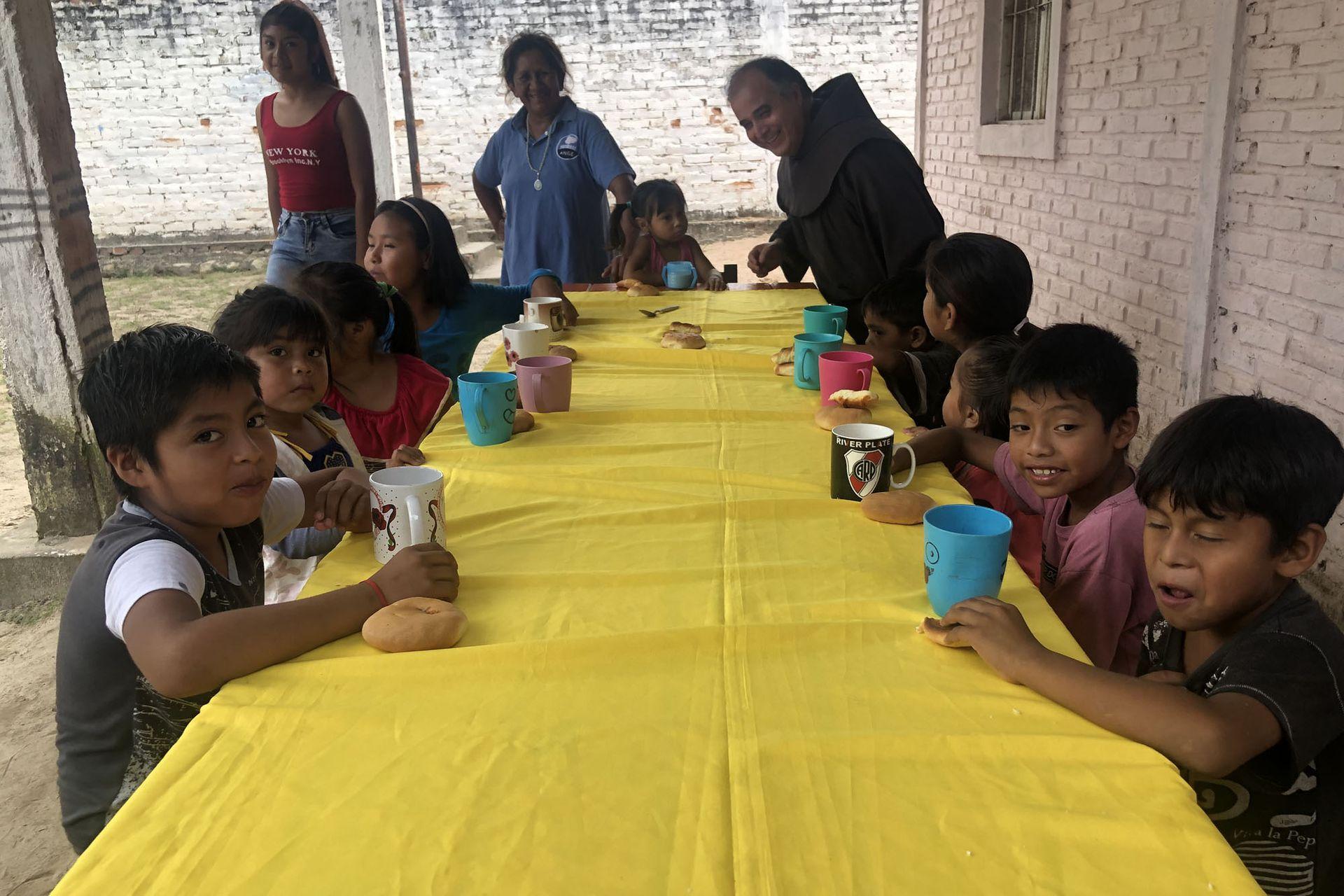 En la zona de Aguaray existen 26 comunidades del pueblo guaraní, chané y wichi. Los hermanos franciscanos llevan adelante allí comedores, merenderos y proyectos de carpintería, huertas y producción de calzado.