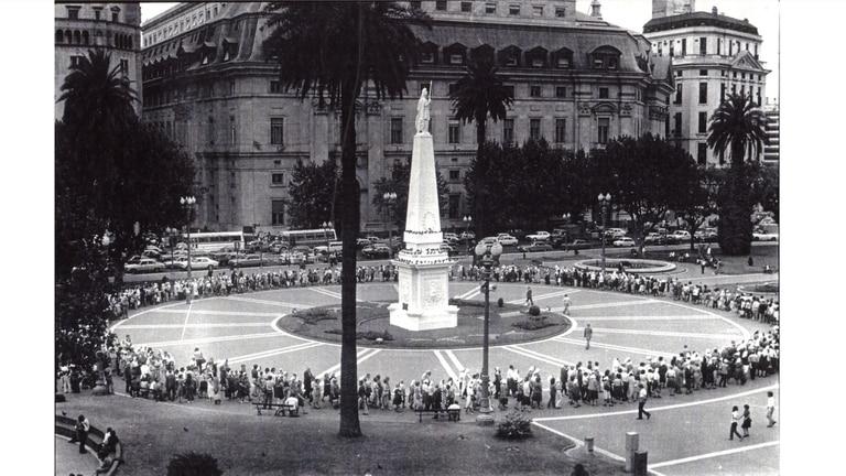Ronda de Madres de Plaza de Mayo, circa 1979. Colección fotográfica Carmen Lapacó