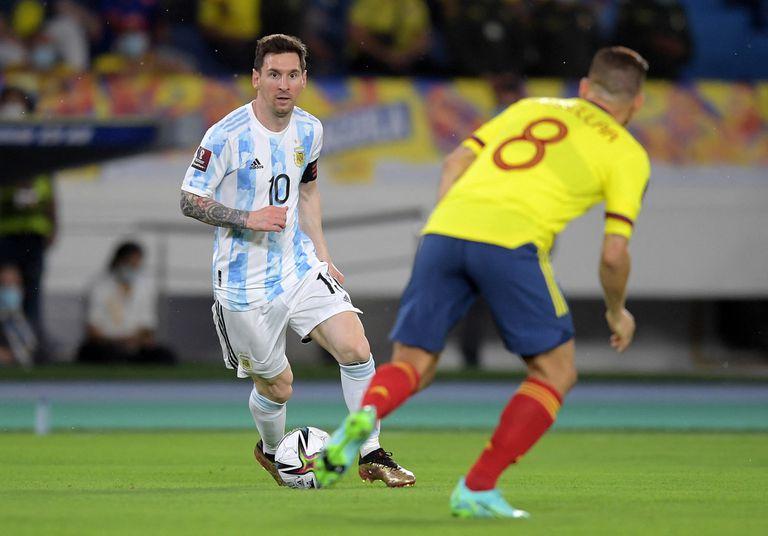 Lionel Messi domina la pelota ante Gustavo Cuéllar; el capitán argentino tuvo algunas posibilidades de gol, entre tiros libres y una volea.