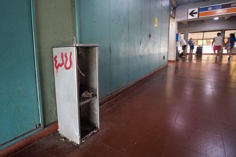 La falta de mantenimiento y la suciedad junto con el olor a orín invaden toda la terminal