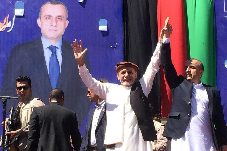 Ashraf Ghani (centro), el presidente que huyó de Afganistán, junto a Amrullah Saleh, en la campaña de 2019