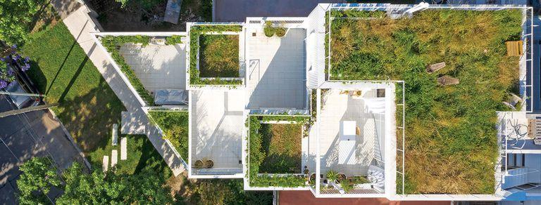 Casas superpuestas. La gloria de vivir en un departamento con jardín en Núñez