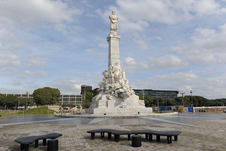 El monumento a Colon, junto al río frente al Aeroparque