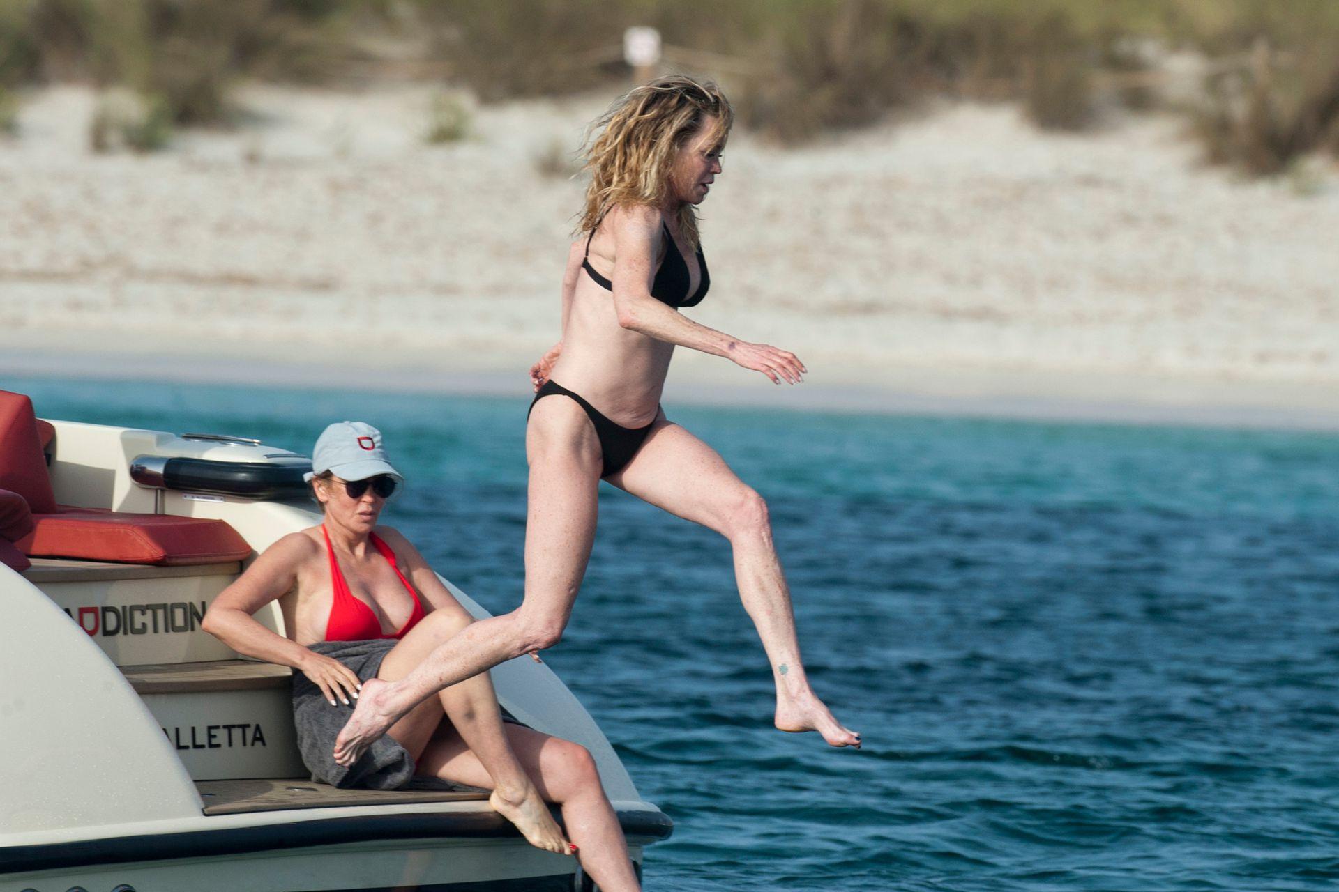 Al agua pata. Melanie Griffith disfrutó de un día de playa junto a sus amigos, en Formentera