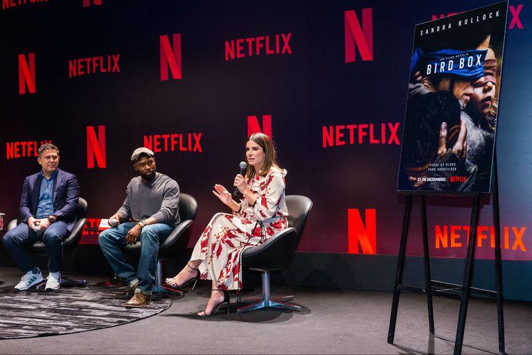 Sandra Bullock en la conferencia de prensa de Bird Box en San Pablo, junto al productor Dylan Clark y al actor Trevante Rhodes