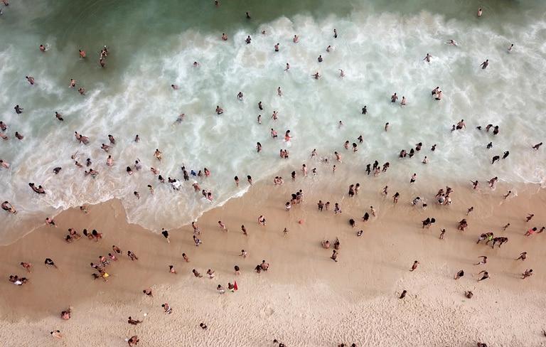 Prohiben entrar al mar en las playas de Río de Janeiro