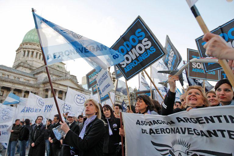 Trabajadores de Aerolineas Argentinas se manifestaron fuera del Congreso a favor de la estatizacion de la empresa el 3 de septiembre de 2008