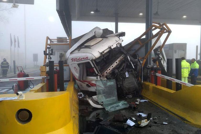 El camión perdió el control y embistió la cabina de peaje donde se encontraba una camioneta Fiat Fiorito abonando la tarifa