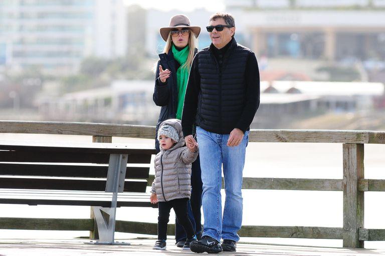 A pesar del frío, después de hacer algunas compras, Viviana y Alejandro llevaron a su hija a caminar por la rambla
