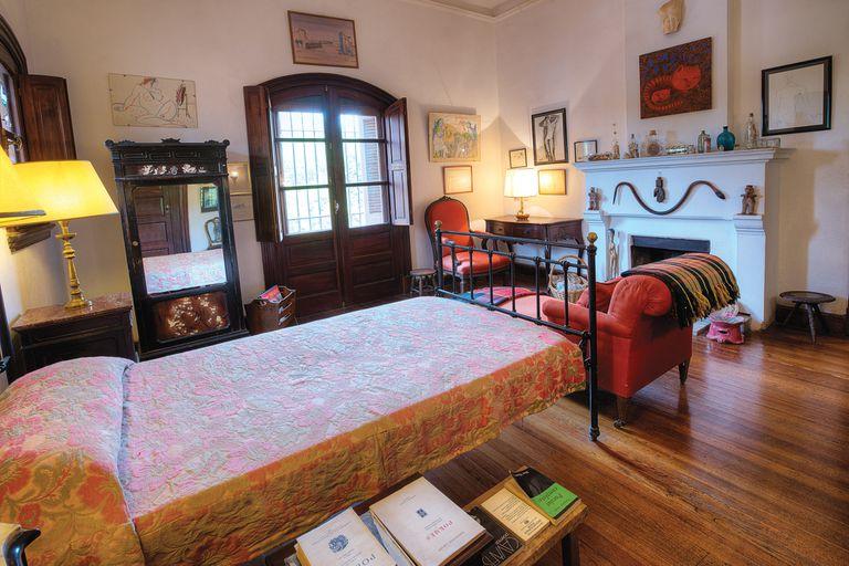 A un lado de su cama, aún permanecen los libros que estaba leyendo, entre ellos la obra del poeta griego Constantino Cavafis.