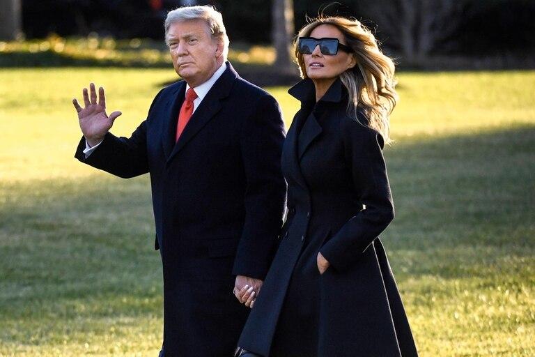 Tras finalizar su mandato de cuatro años, Donald Trump dejó la Casa Blanca acompañado por su mujer, Melania.