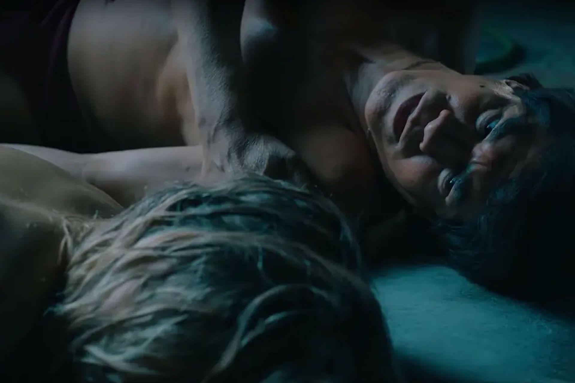 El actor Jorge Román que interpreta a Monzón adulto. Junto al cuerpo de Alicia, en el trailer de la serie.