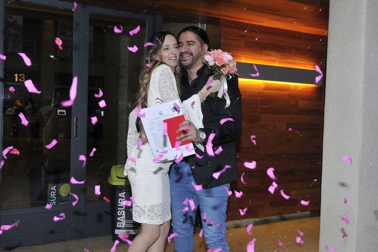 El cantante de la banda de cumbia Ráfaga pasó por el registro civil junto a su novia, Camila