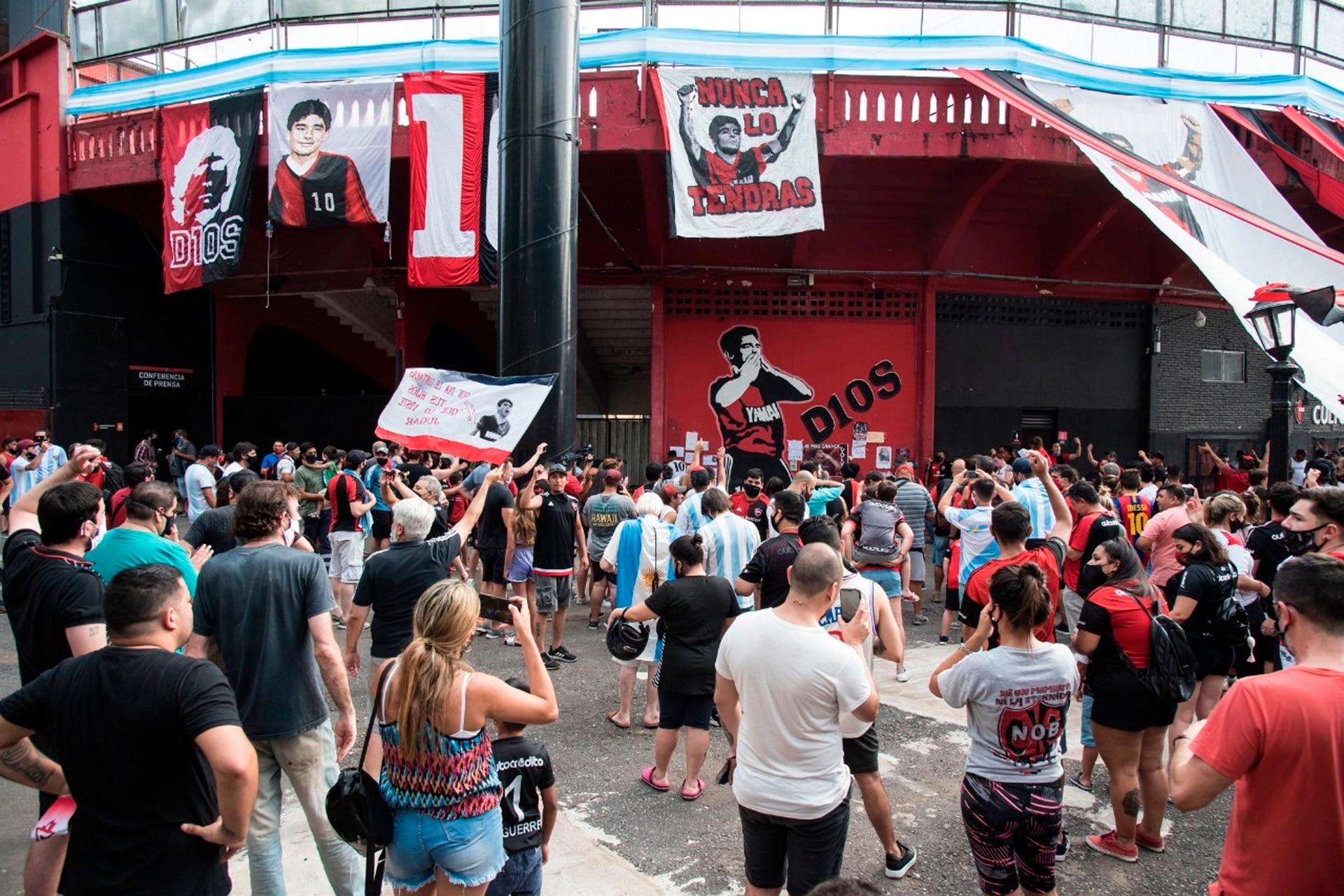Multitudinaria despedida a Maradona en el estadio de Newells de Rosario