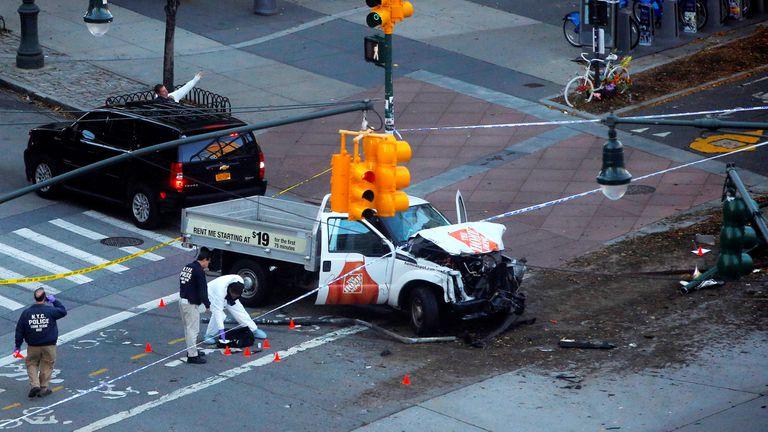 Su paso por la cilcovía duró algunos minutos y dejó un rastro de bicicletas destrozadas, de víctimas arrojadas a un lado y de sangre