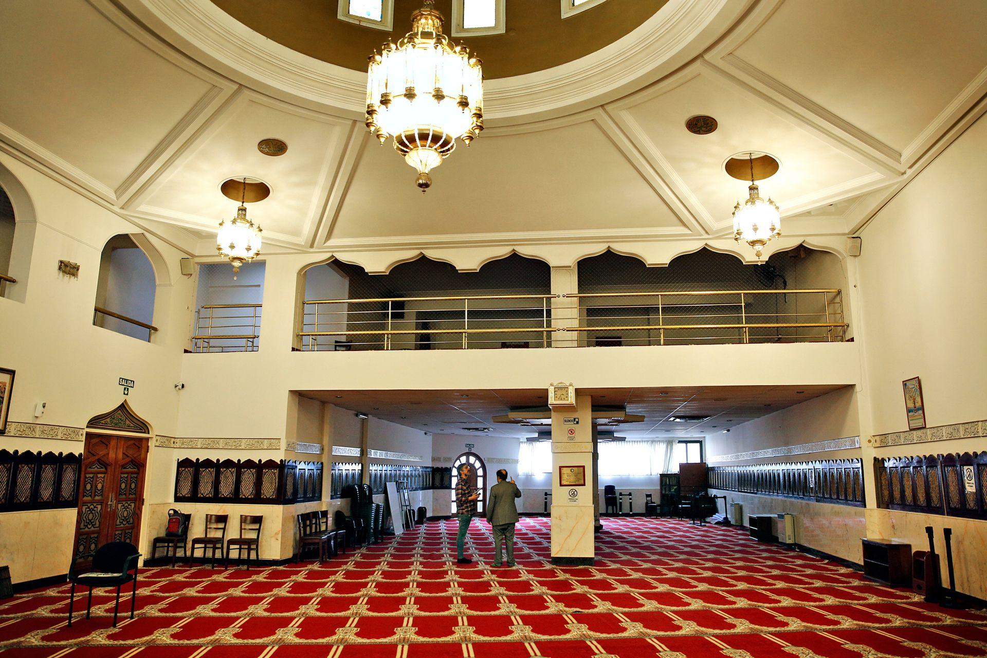 La mezquita Al-Ahmad fue inaugurada en 1985 y ampliada en 2009: todo lo que está detrás de la columna corresponde a la ampliación del edificio