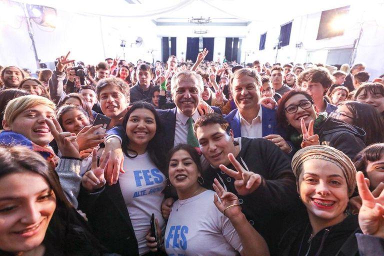 Kicillof, Fernández y Mariano Cascallares, junto a estudiantes en Almirante Brown