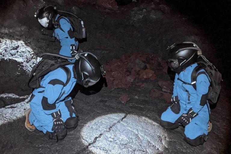 Los científicos, equipados con trajes y oxígeno, trabajan en los tubos de lava del volcán para recopilar experiencias e información necesaria para futuras misiones a la Luna y Marte