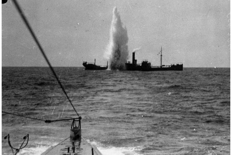 El argentino Heinz Scheringer entregaba alimentos y cigarrillos a los náufragos que flotaban a la deriva en los botes salvavidas, y les indicaba la ruta para llegar a tierra firme