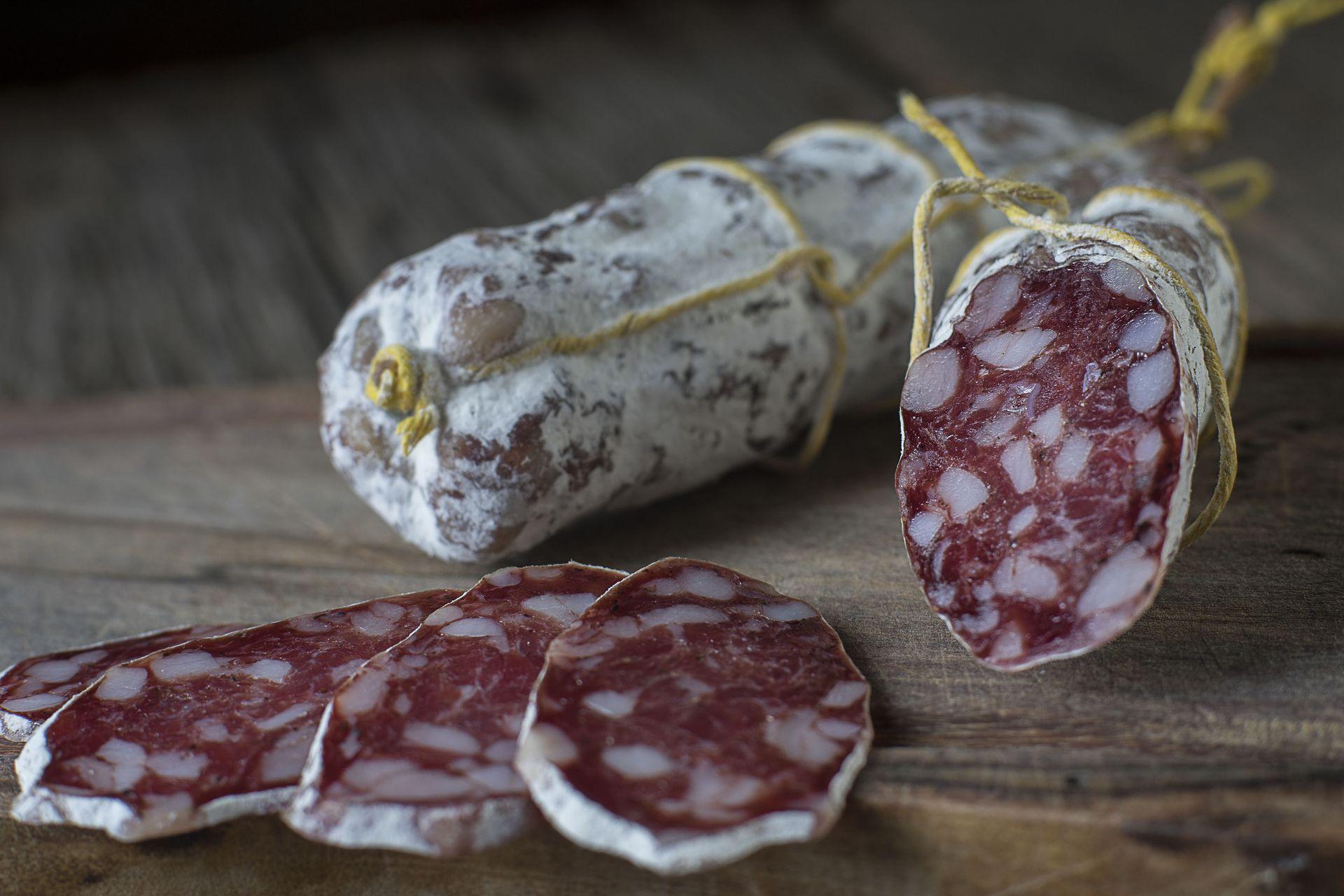 El salame de Tandil lleva carne vacuna, carne de cerdo, paleta, tocino dorsal, sal, pimienta negra y especias