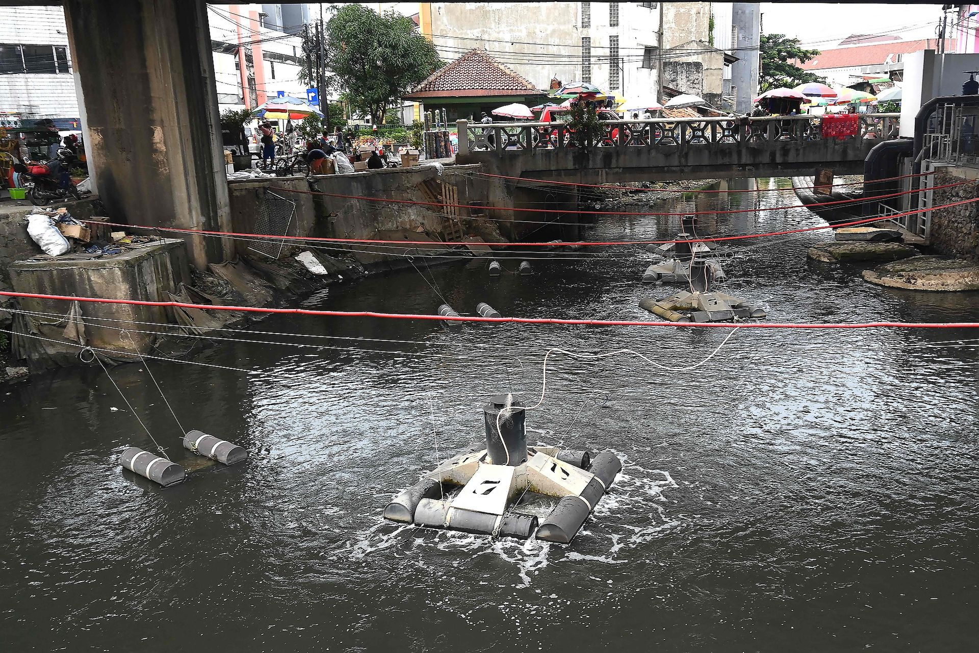 Dispositivos de limpieza de agua se ponen en funcionamiento en un río de Yakarta, Indonesia