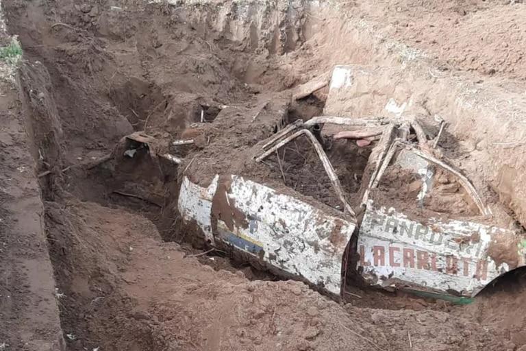 Un grupo de albañiles descubrió un Ford Fairlane en el patio de una casa nueva mientras hacían las excavaciones para una pileta