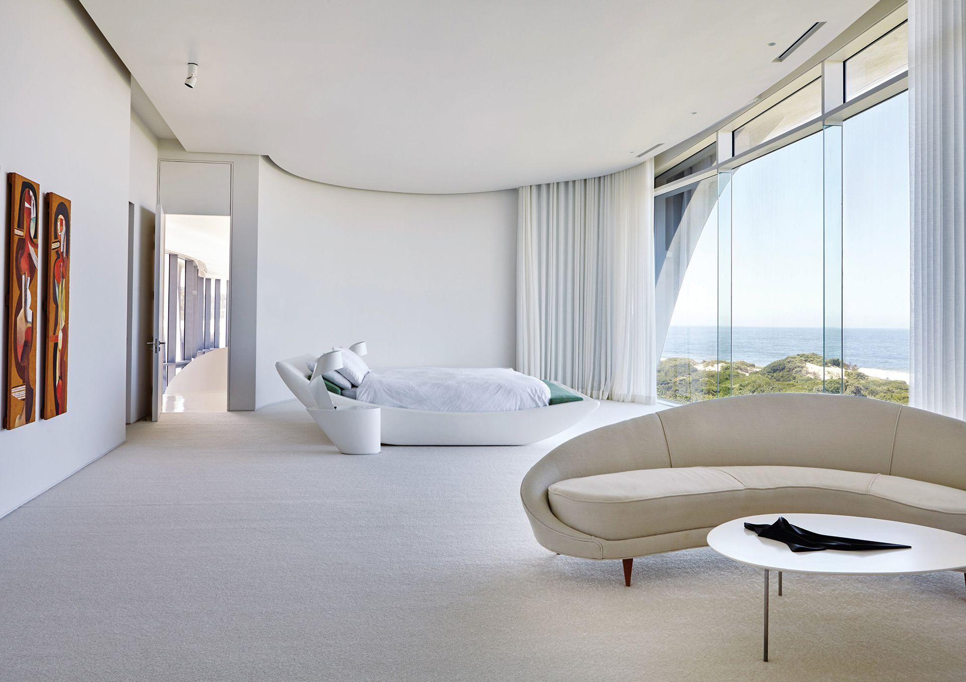 La cama diseñada por los arquitectos tiene poca, pero selecta compañía: el sofá curvo 'Coma', diseño icónico de Ico Parisi, y los grabados en madera del artista sudafricano Cecil Skotnes.