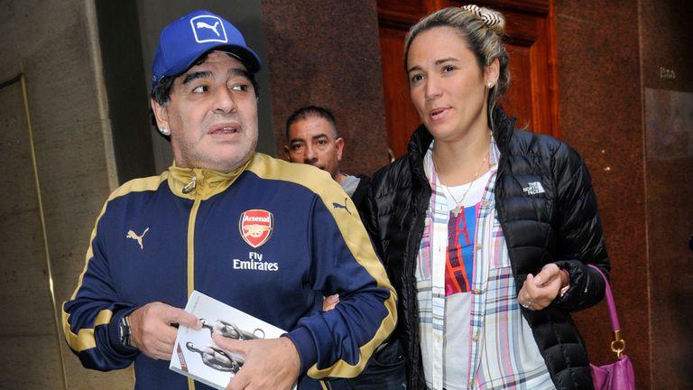 Diego Maradona y Rocío Oliva, a pasos de la clínica, donde el astro fue a hacerse unos análisis y consultar algunos tratamientos