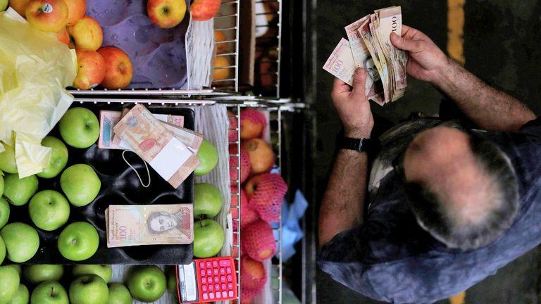 Decenas de billetes para hacer una compra básica en Venezuela