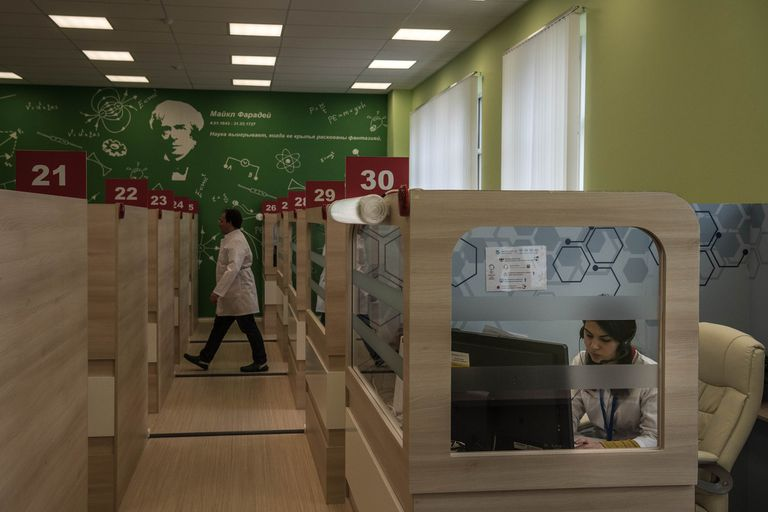Los médicos hablan con pacientes con coronavirus desde un centro de telemedicina en Moscú