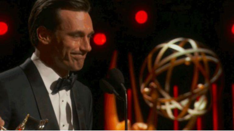 Jon Hamm se abalanzó sobre su premio Emmy
