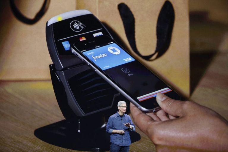 Tim Cook, CEO de Apple, durante la presentación de Apple Pay, un sistema de pago electrónico basado en el sensor biométrico de los últimos modelos del iPhone