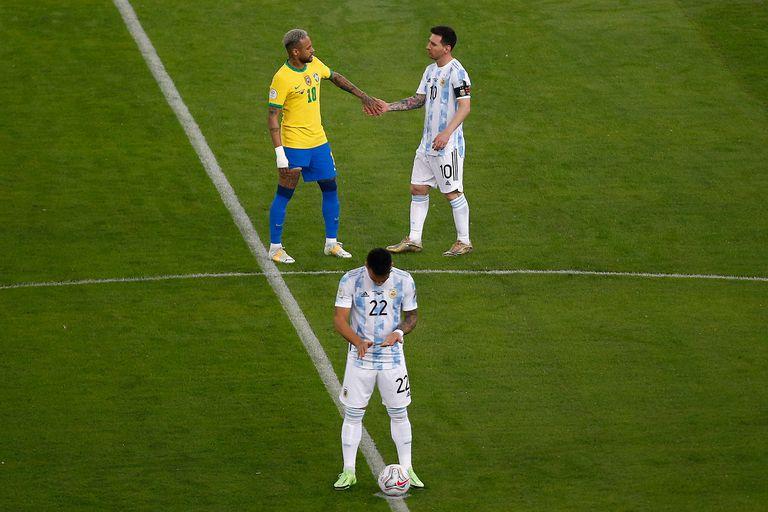 El saludo de Lionel Messi y Neymar antes de la final.
