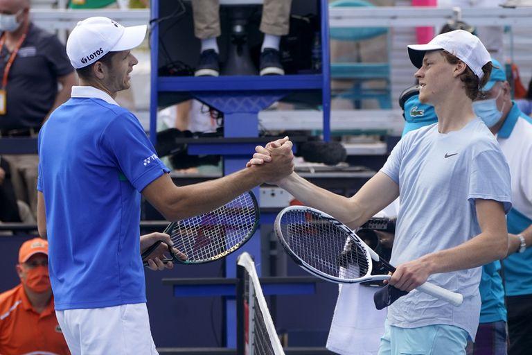 El saludo entre dos amigos y rivales: Hubert Hurkacz y Jannik Sinner, luego de la final del Miami Open