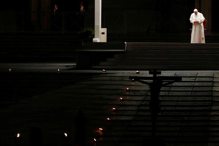 El Papa, en un via crucis casi solitario