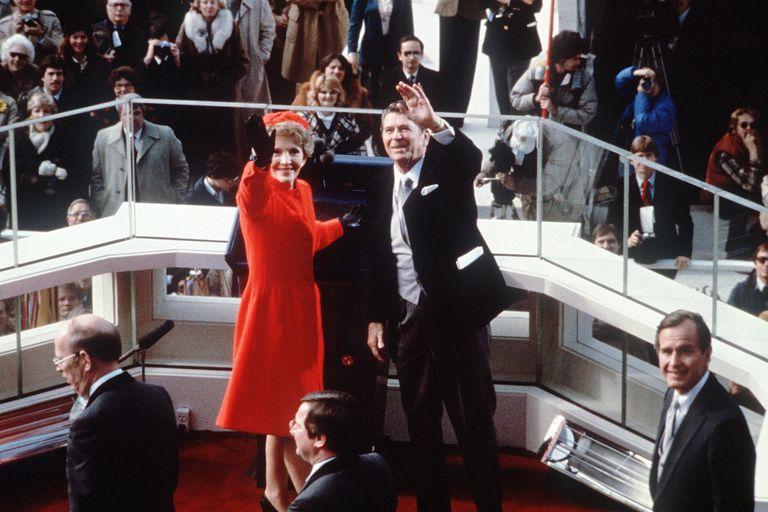 Ronald Reagan saludando junto a su esposa en 1981