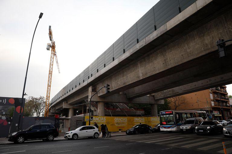 En la nueva estación Villa Crespo, de la línea San Martín, aún se ve una grúa montada; los trabajos están paralizados desde hace meses por la suspensión del contrato con la empresa constructora