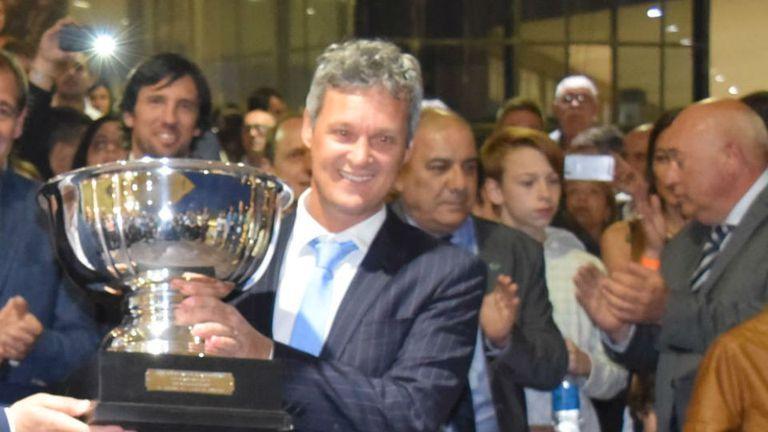 Con la copa en La Plata, donde Javier celebró más de un triunfo