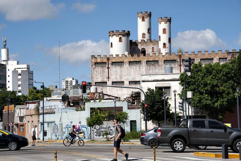 Las tres torres del castillo irrumpen la vista de quienes pasan por Córdoba y Juan B. Justo desde que se removió el puente