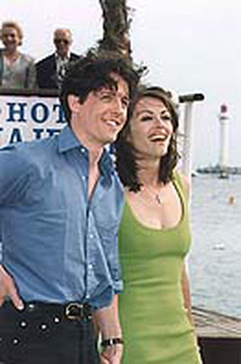 Elizabeth Hurley y Hugh Grant en los 90