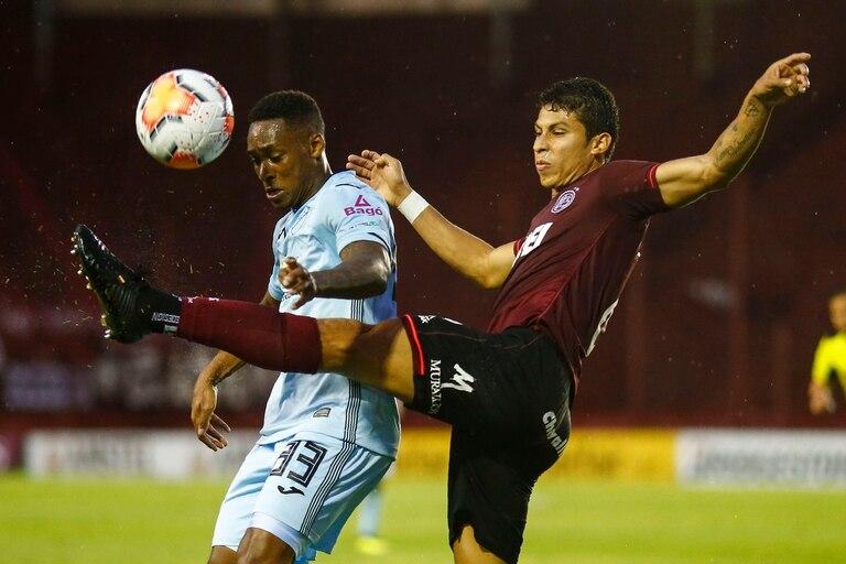 Alexis Pérez despeja ante Anderson, autor del segundo gol de Bolívar; Lanús apabulló al conjunto paceño y se clasificó a los cuartos de final de la Copa Sudamericana