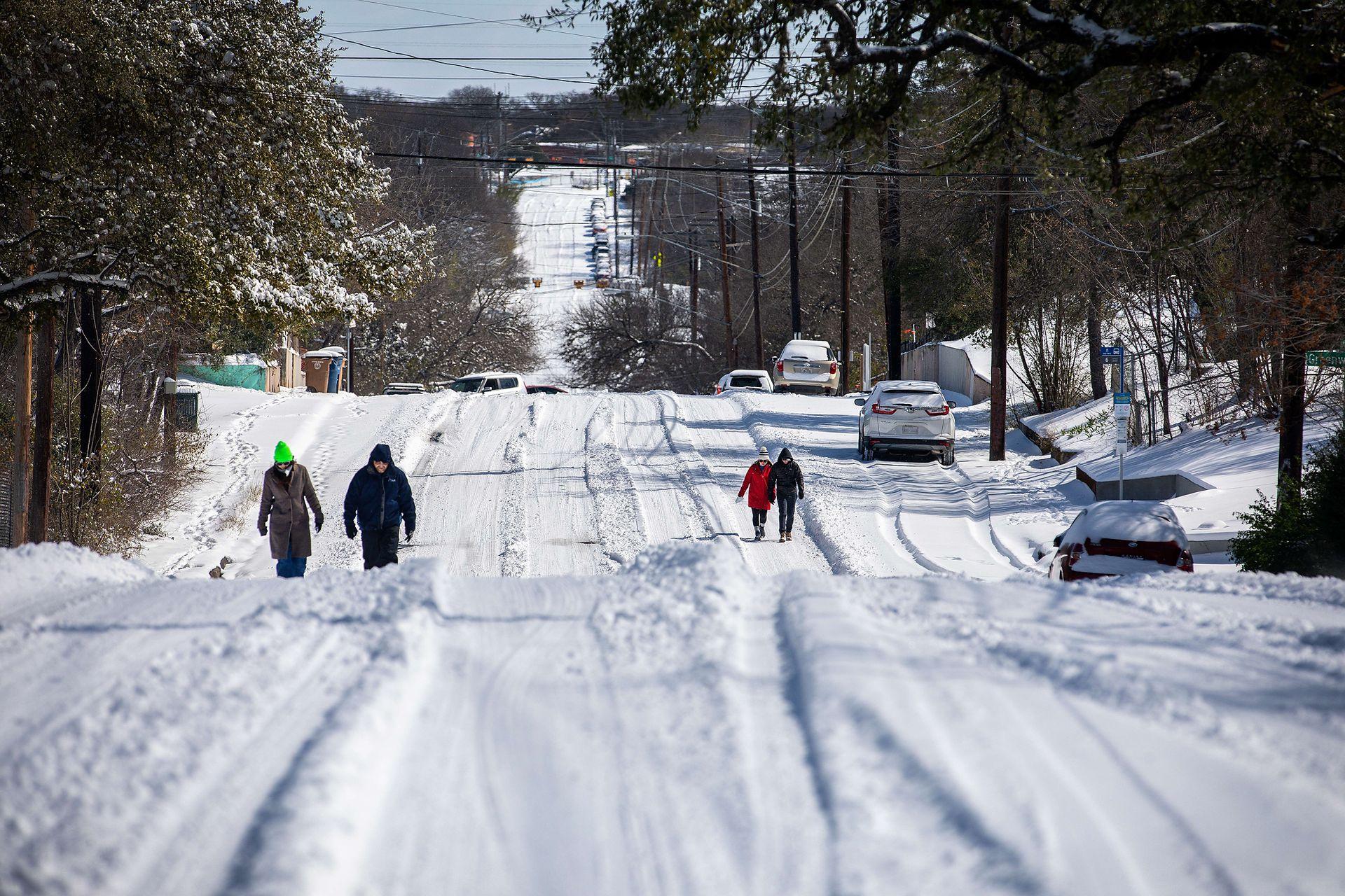 La tormanta invernal a la que han llamado Uri, obliga  a las persona a caminar ya que las calles casi no se pueden transitar en auto